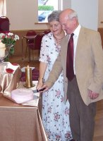 Marion and Richard cutting the cake